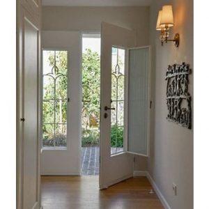 דלת כניסה עם חלון נפתח
