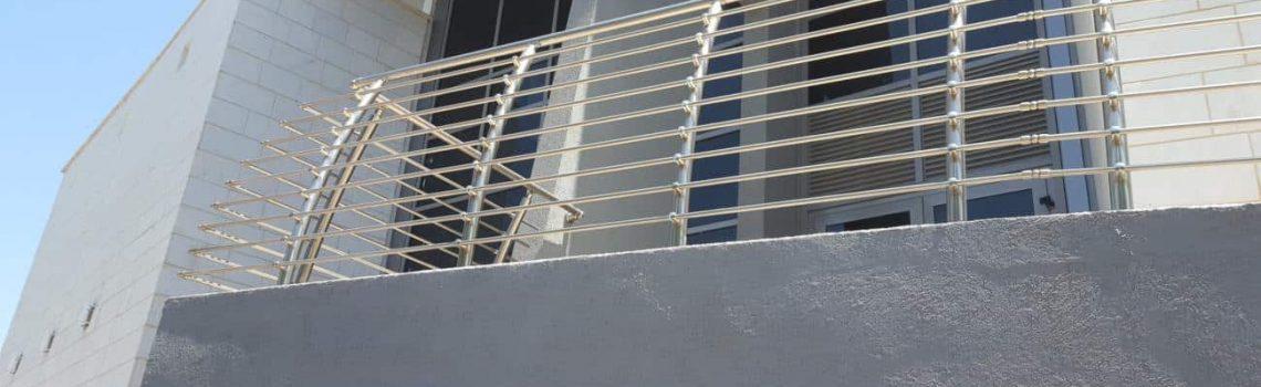 מעקה למרפסת